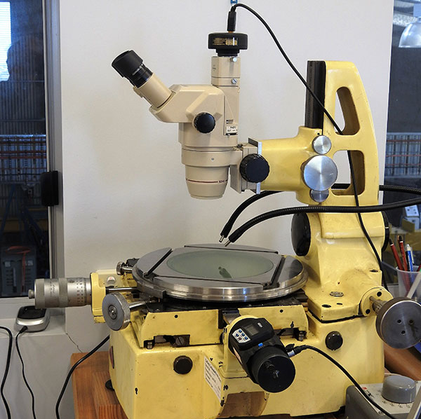 Measuring microscope for determination of cable dimensions